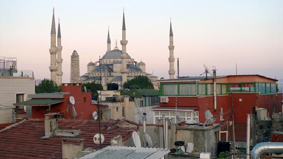 Ferman Sultan Hotel: Patio view of Blue Mosque at sunrise
