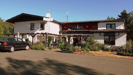zu Jeddeloh´s ROSENGARTEN hotel & restaurant: Voorkant van Zum Rosengarten.