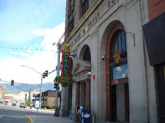 Metals Sports Bar and Grill: Picture of the bank building