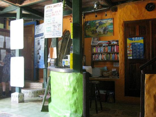 Casa Oro Eco Hostel: Lobby and check-in