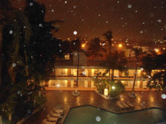 Hotel De Cima: Vista a la alberca de noche... lluviosa