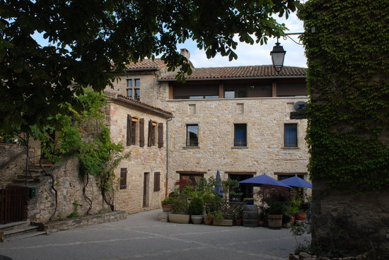 L'Ancienne Auberge: The hotel and dining terrace