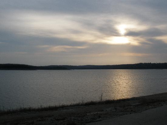 Bel Arco Resort: Sunrise over Bull Shoals