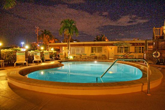 Beach Shell Inn: Pool in the evening