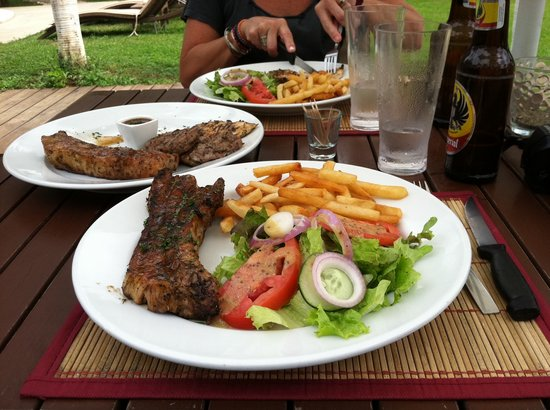 El Coconut Beach Club: The pork ribs are like something out of The Flintstones!