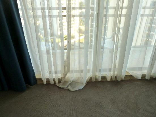 Beachcomber Resort Surfers Paradise: old shoddy curtains