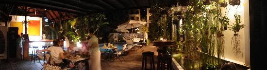 Alliance Boutique Villa: The outdoor dining area and you can see the little pool, too.