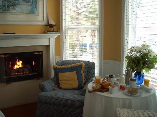 Snug Harbor Inn: Breakfast is served