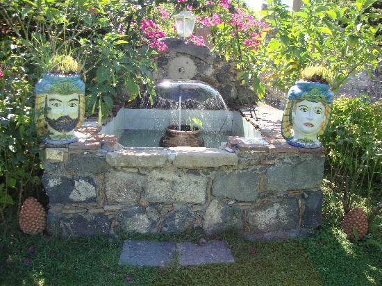 La Capanna Di Giuseppe: la fontana del giardino