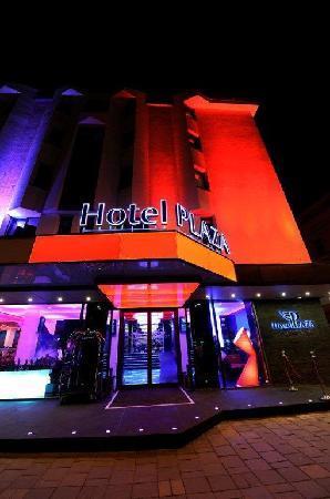 Plaza V & Plaza V Executive Hotel: Entrence by night