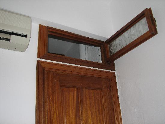 Studios Eleni: Finestra n. 1: sul cavedio (e bagno dei vicini)