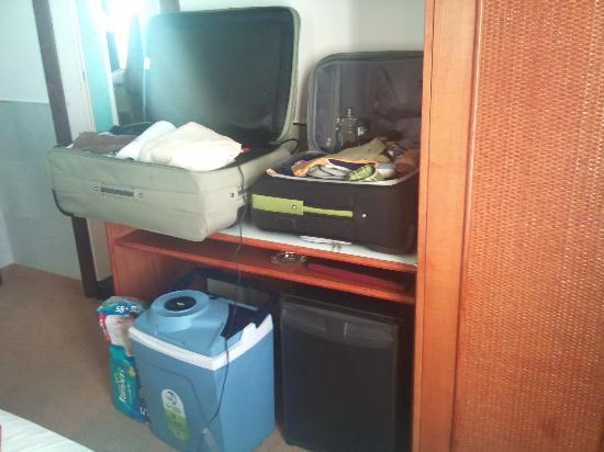 Hotel Colombo: Luggage on the table, there is no other option