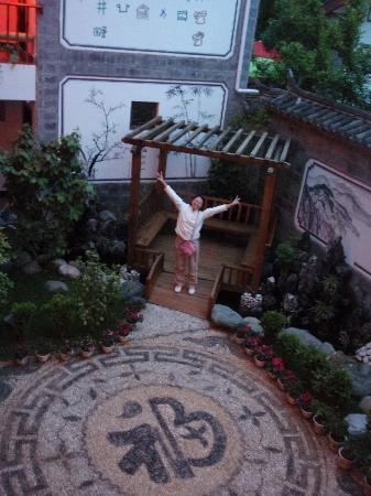 Rendezvous Lijiang Inn: I love the garden, there is even a cherry tree planted in the garden.