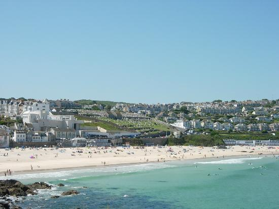 Tregony Guest House: Tregony House is near Porthmeor Beach, above the cemetery