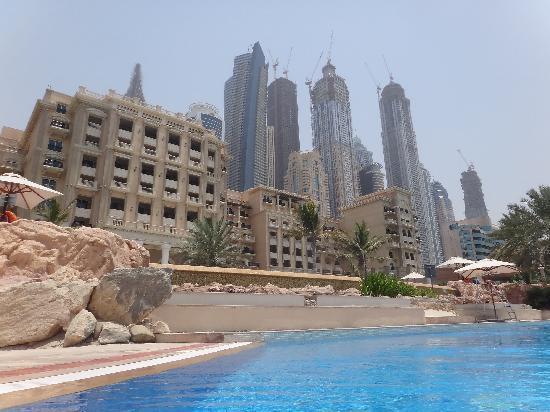 The Westin Dubai Mina Seyahi Beach Resort & Marina: vom Pool aus Hotel