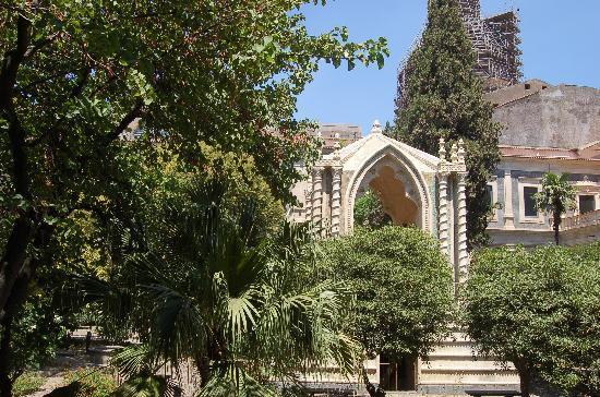 Monastero dei Benedettini: edicola interna