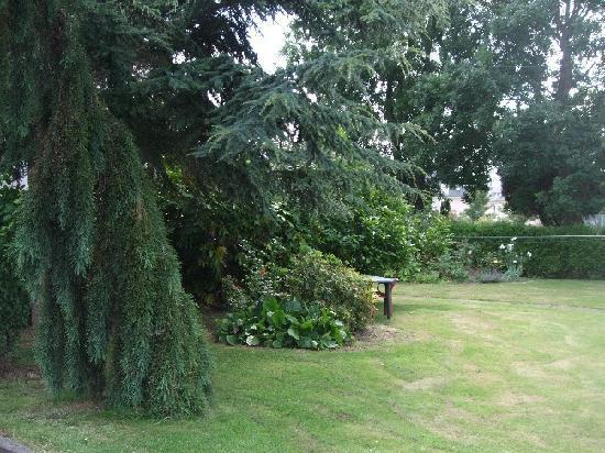 Relais de la Roseraie : Le Grand jardin