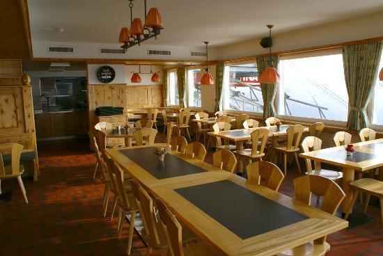 Berggasthaus Gotschnagrat: Restaurant mit Blick nach Klosters
