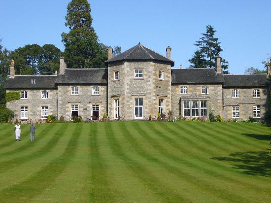 Contin, UK: The Coul House - in front the small pitch & putt green