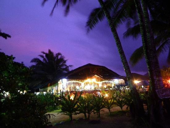 Green Verde Resort Inn: The restaurant at night.