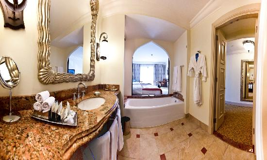 Atlantis, The Palm: Deluxe room (bathroom), west wing