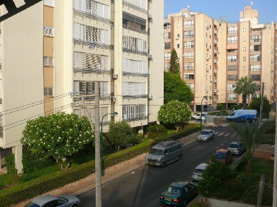 Mizpe Yam Hotel : Вид из окна номера на улицу Жаботинского