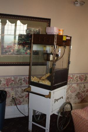 Red Maple Inn Bed & Breakfast: Fresh popcorn anyone?