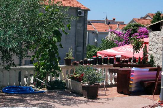 Villa Julian : Homemade produce and outside table area