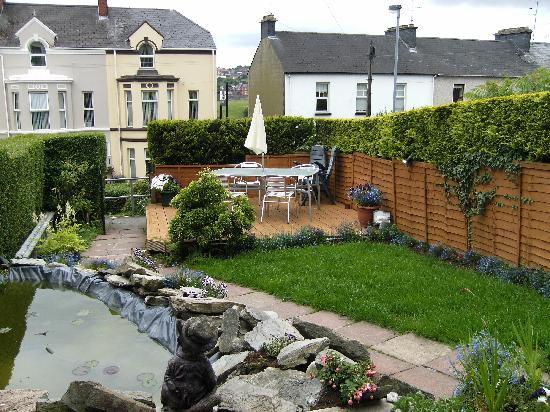 Angel House Bed and Breakfast: garden with smoking area