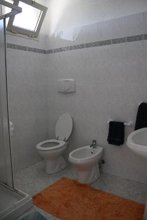 Belvedere sul Mare : Bagno camera arancio