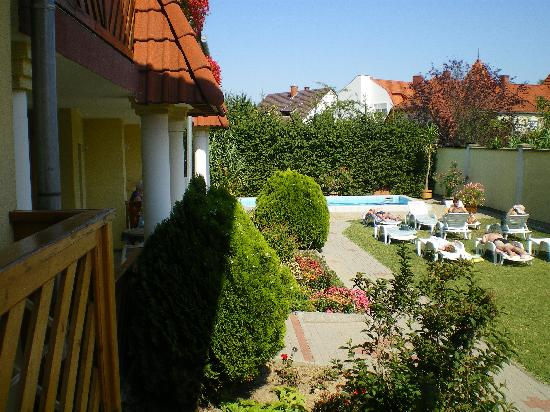Erika Pension & Apartments: Garden with swimming pool.