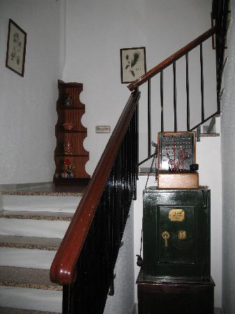 Royal Hotel Ronda: Stairway to second floor where rooms are located