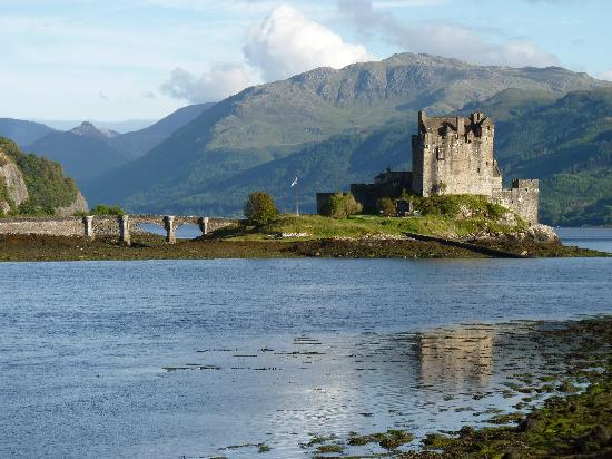 Erbusaig, UK : Eilean Donan Castle is nearby