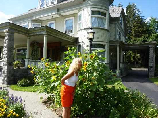 Cornerstone Victorian Bed & Breakfast : wonderul gardens