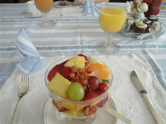 M & M Bed and Breakfast Suites: Fruit cup with red currants for breakfast