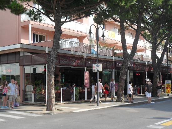 Hotel D'annunzio: Front of Hotel/Bar