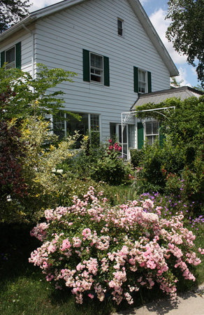 Mettawas-End Bed and Breakfast: East side on Park street corner