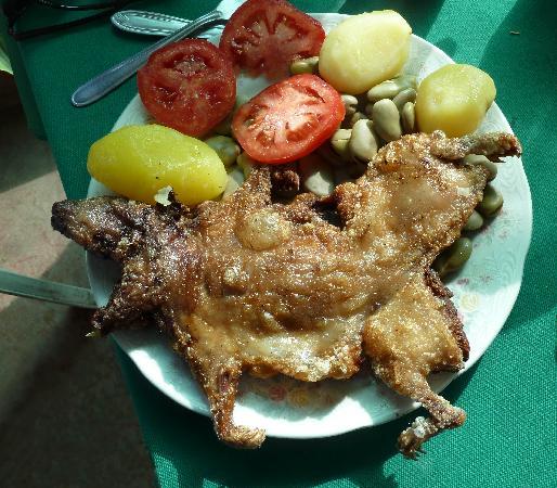 Chiguata, Перу: Nuestro almuerzo_ Cuy con habas y ensalda