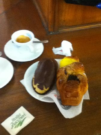 B&B In Centro: YOu could choose 2 pastry and a coffee drink