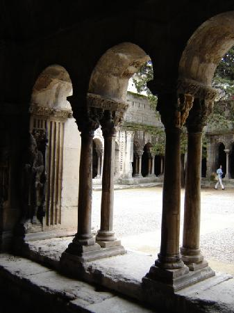 Les Alyscamps : Il chiostro medievale dei Canonici attiguo alla Cattedrale