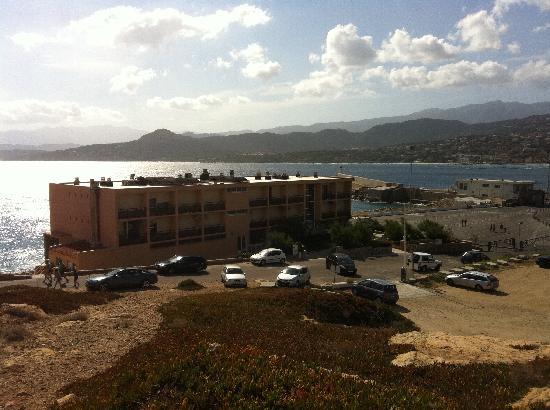 """Hotel Restaurant La Pietra : Das Hotel ist """"das letzte Haus in der Bucht"""" ;)"""