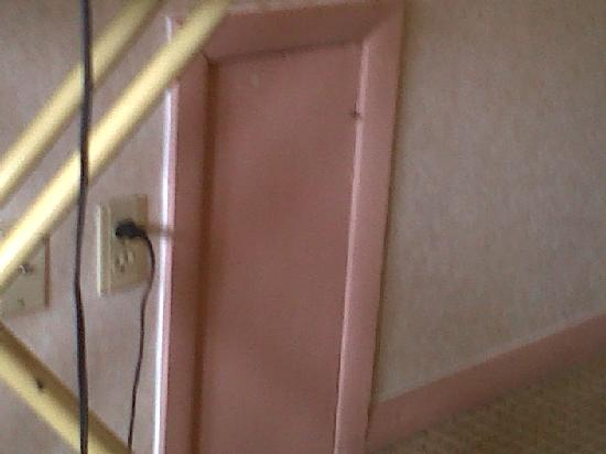 Kingston Inn & Suites: Nail sticking out of 'access door' in the wall