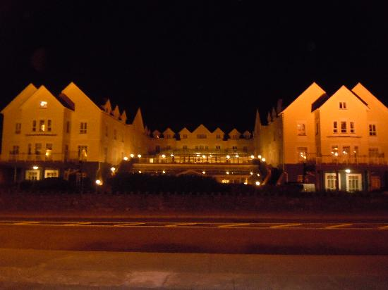Galway Bay Hotel: Hotel at night