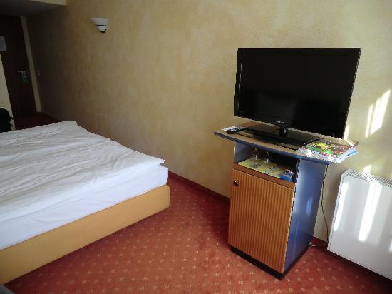 Cosmopolitan Hotel: oversize LCD TV