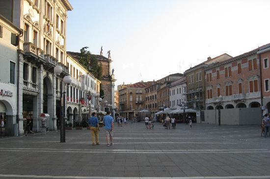 Hotel Al Vivit: The plaza in front of the hotel