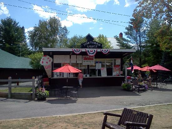 The Woods Inn: Ice cream is only about a block away!
