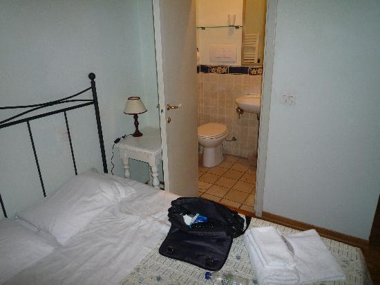 ريليه ديل دومو: Bathroom door
