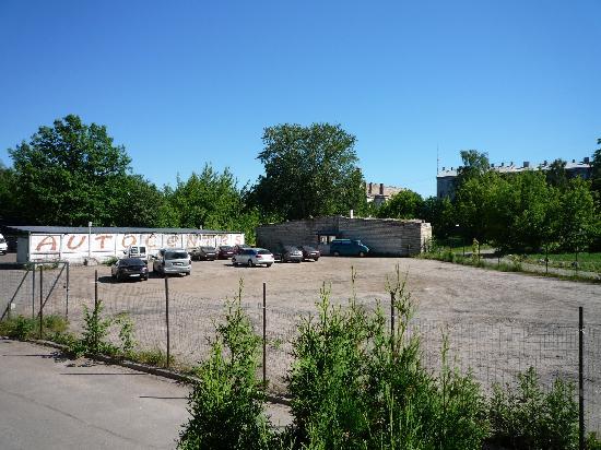 Riverside Hotel: the view from the hotels front door to the next door parking