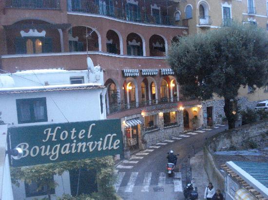Hotel La Bougainville: streetview of hotel
