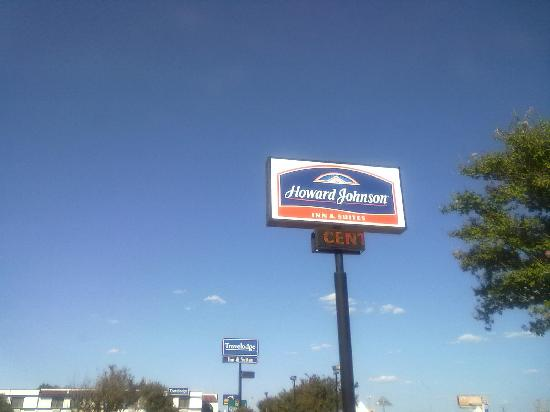 Howard Johnson Inn & Suites San Antonio Near at&T Center: The sign of budget success!